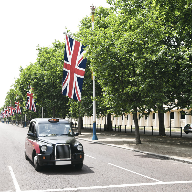 Union Jack och traditionell engelsk taxi, London, England, Storbritannien.